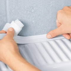 Герметизация шва в ванной с помощью ленты
