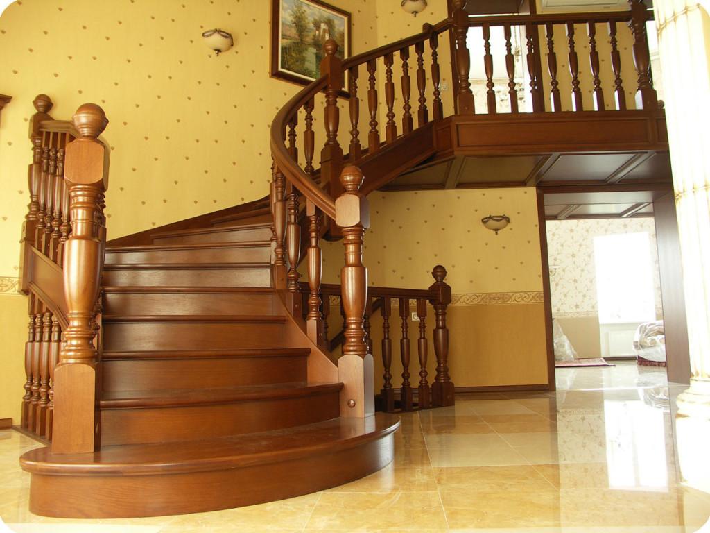 Деревянная лестница на второй этаж