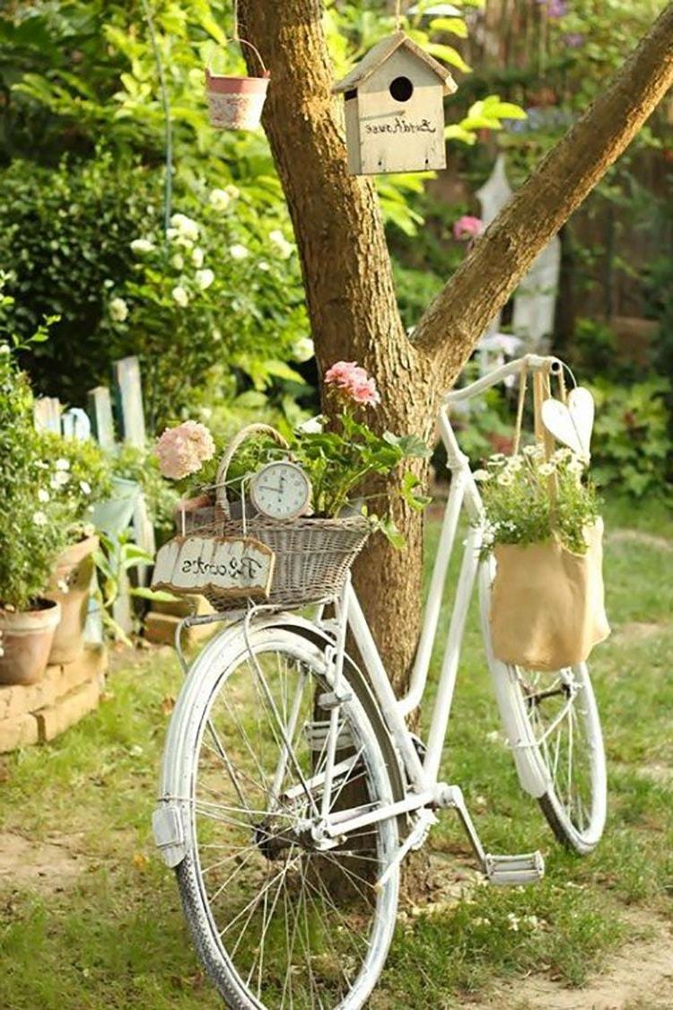 Немного белой краски и старый велосипед обрел новую жизнь в виде элемента декора для сада