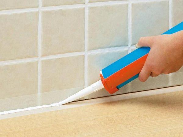 Стык между ванной и стеной можно заделать силиконовым герметиком