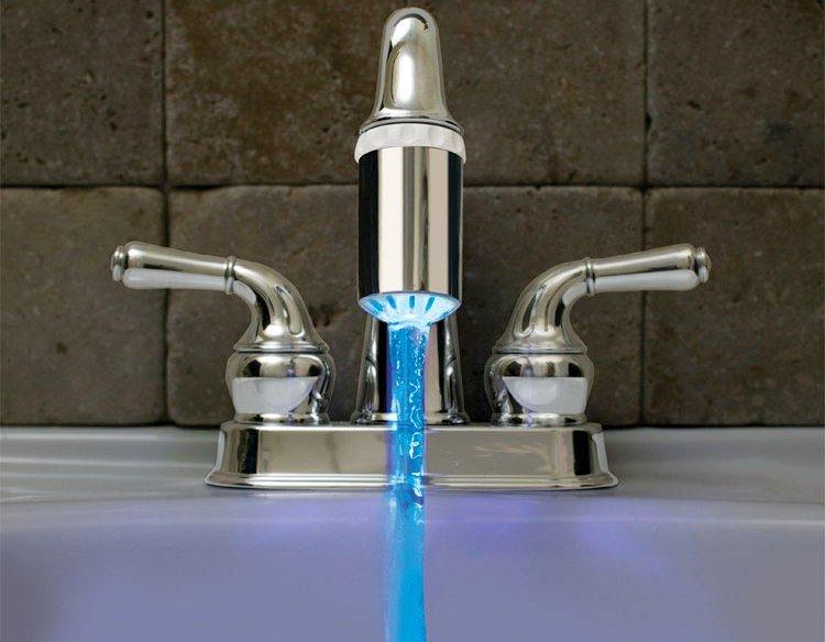 Водопроводный кран со светящейся насадкой
