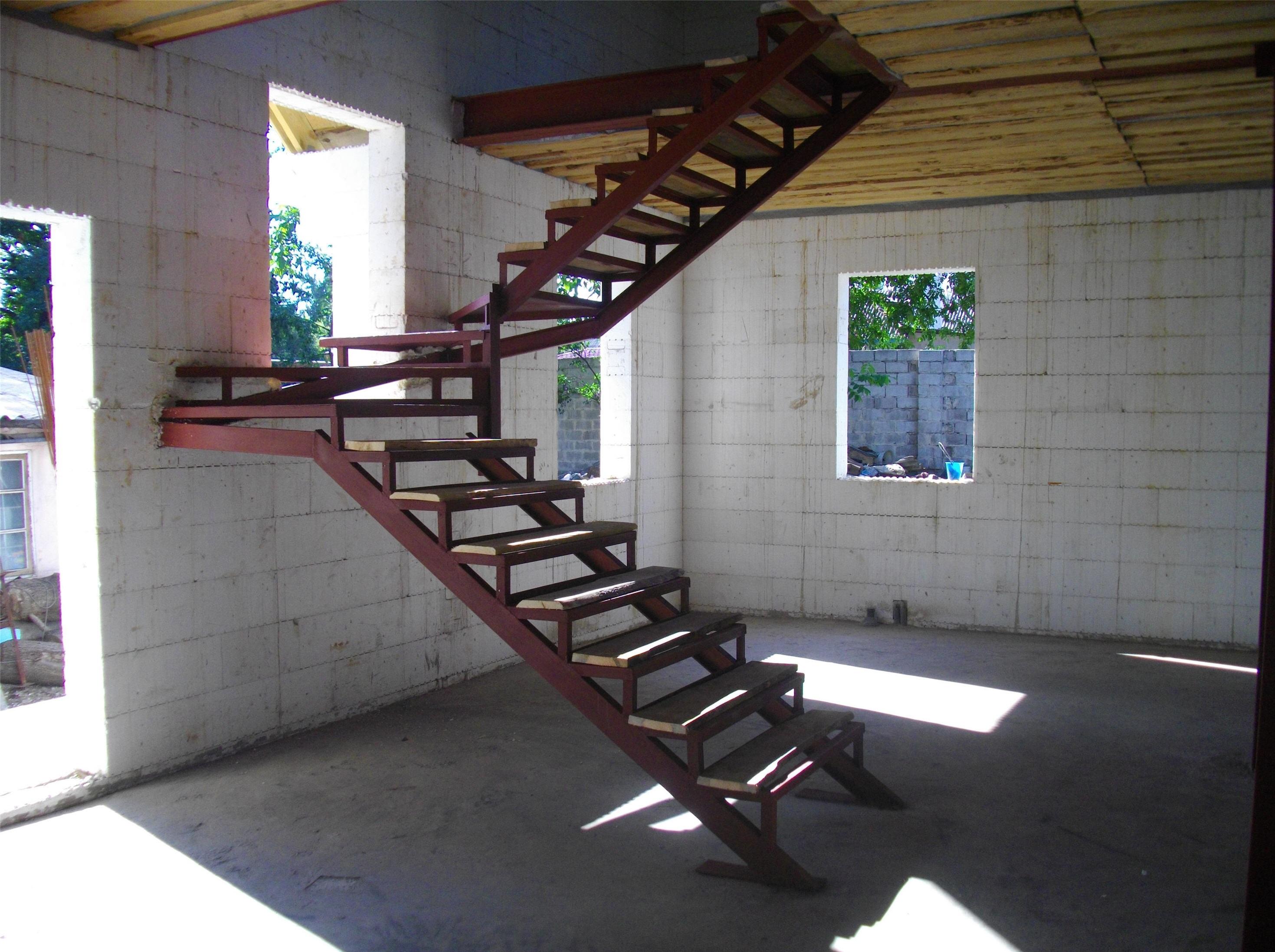 Железная лестница в доме - это прочная и надежная конструкция, способная служить владельцам не одно десятилетие