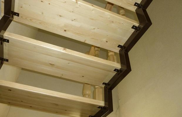 К металлическим косоурам можно прикрепить ступени из натурального дерева, получив таким образом комбинированную систему