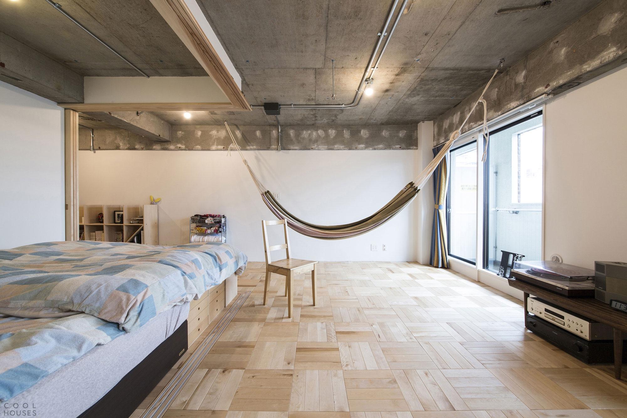 интерьер потолка с бетоном на кухне