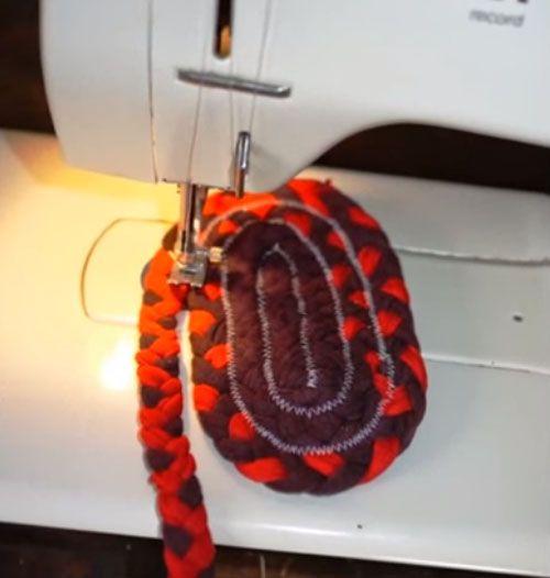 Доступный комфорт для ног и уют в комнате: изготавливаем отличный коврик своими руками из старых вещей