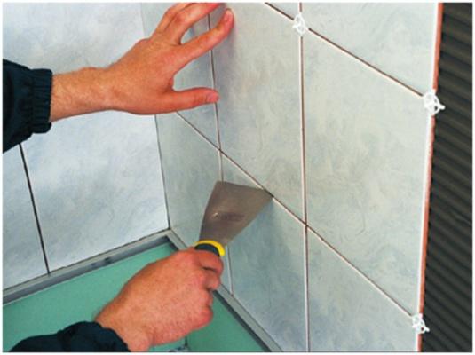 При укладке кафеля необходимо делать технологические швы с помощью дистанционных крестиков