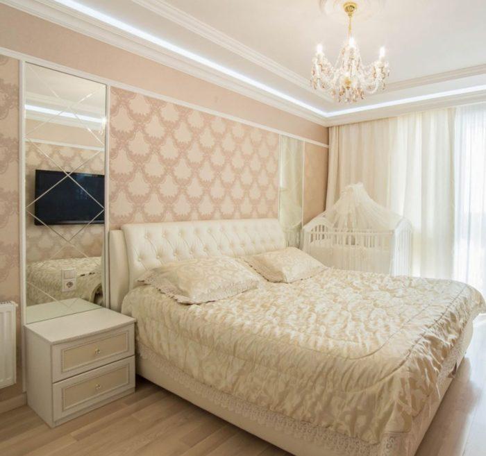 Персиковые обои с узором для спальни