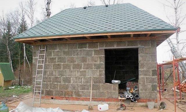 Из чего построить сарай на даче дешево и быстро?