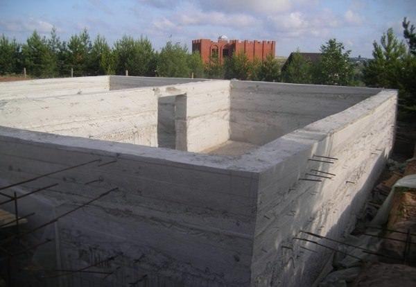 Цокольный этаж из монолитного бетона