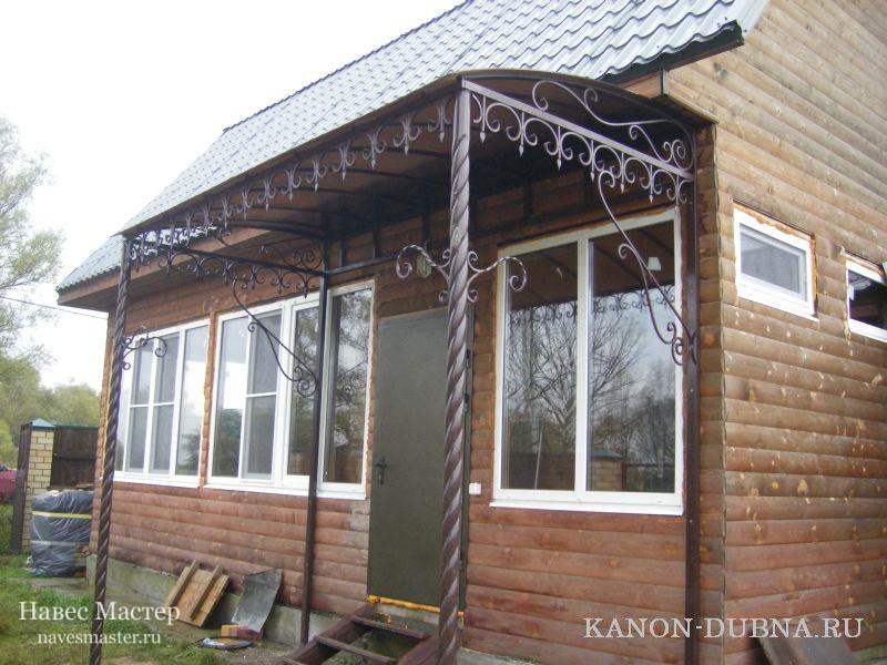 Козырьки из поликарбоната на кованых опорах украсят собой любой дом