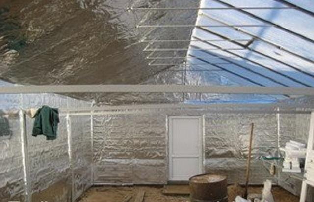 Фольгированный утеплитель на северном скате крыши и на всех стенах теплицы