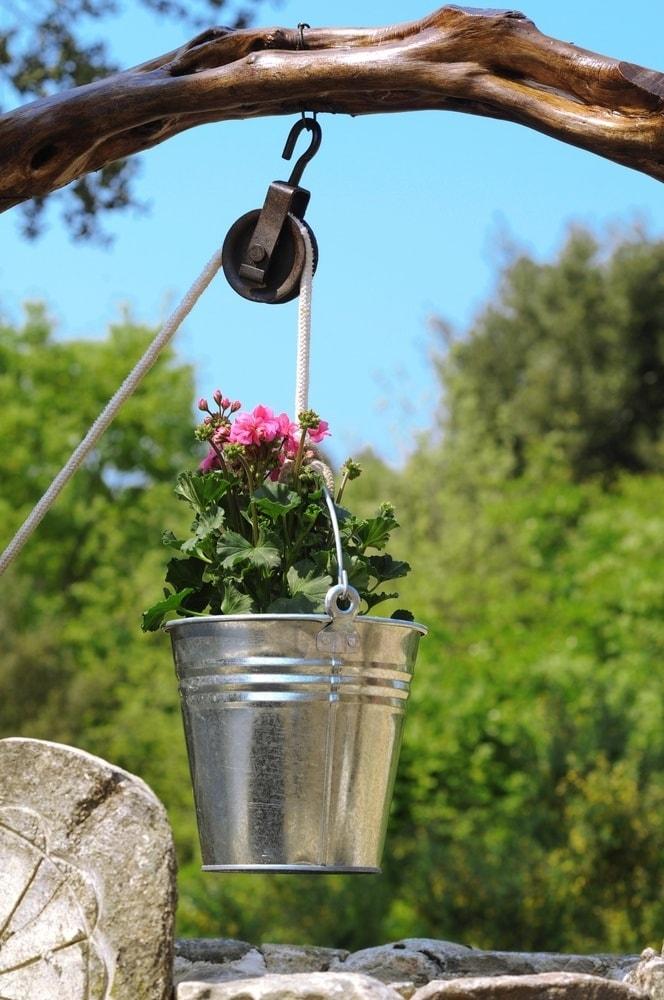 Своеобразный декоративный колодец в виде цветочного горшка станет настоящим украшением для вашего сада