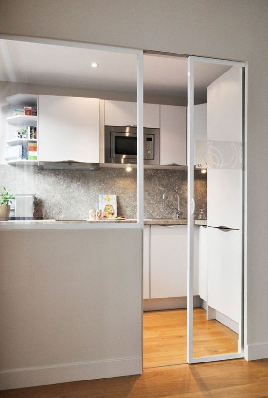 Раздвижная стеклянная дверь на маленькой кухне