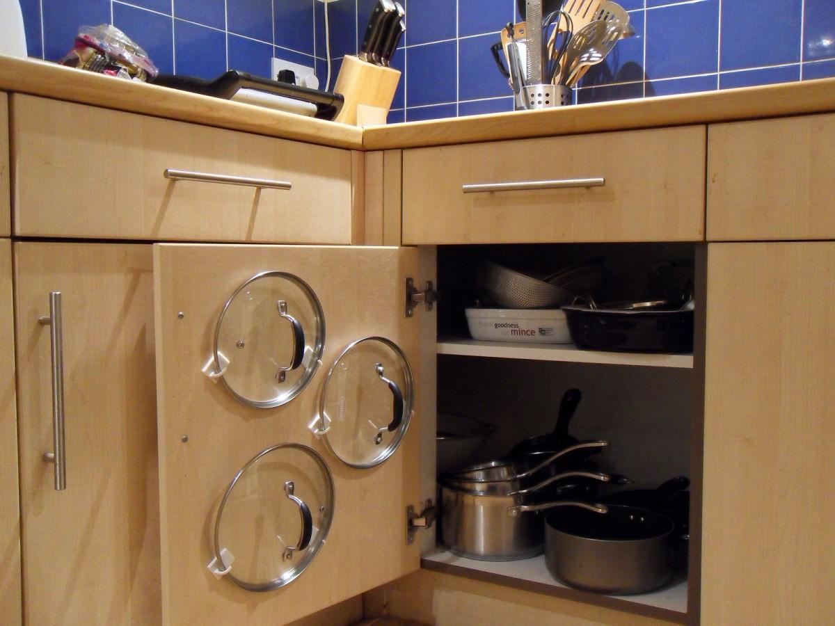 Кухня в цветах: желтый, черный, серый, коричневый, бежевый. Кухня в стиле неоклассика.
