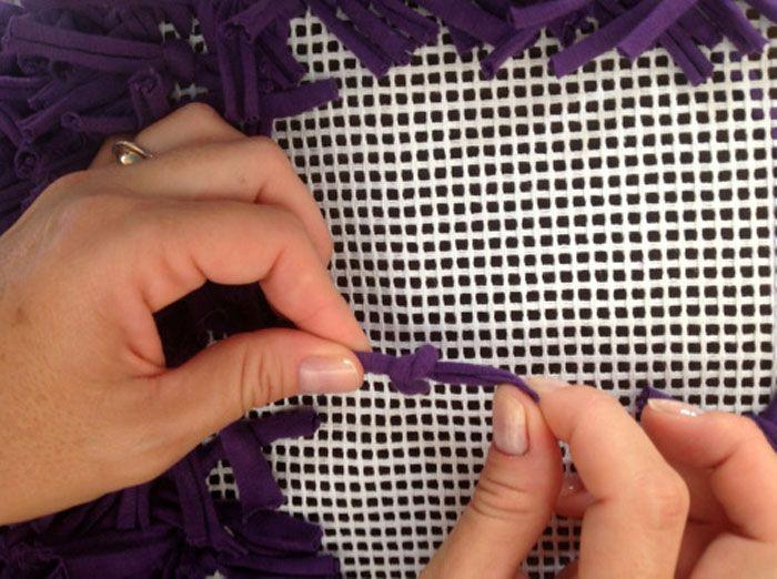 Это простой процесссоздания коврового чуда — вставить лоскуток, вытащить его с помощью крючка и завязать узелок