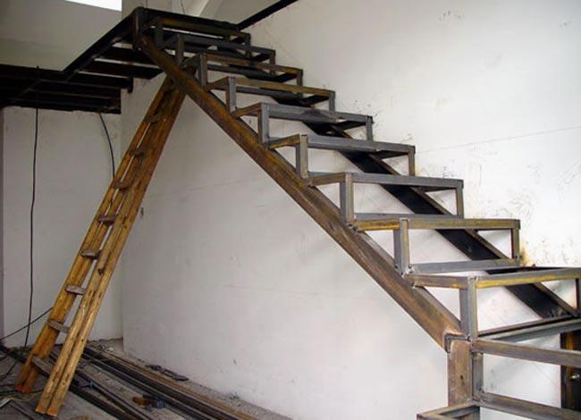 Монтаж уголков к металлической лестнице