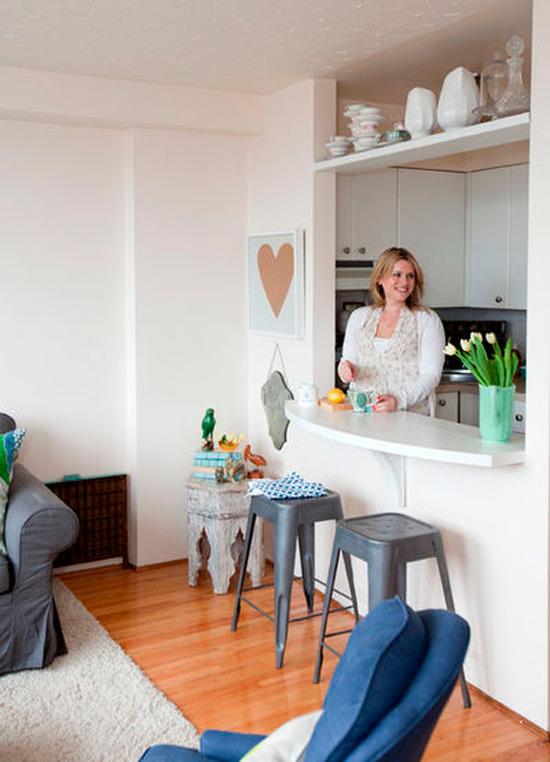 Раздаточное окно между кухней и гостиной