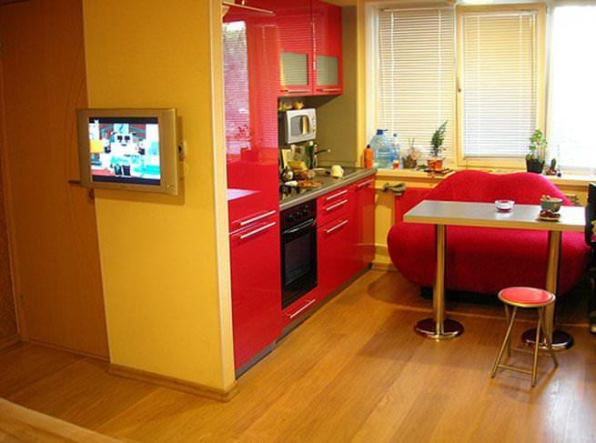Совмещение кухни с гостиной посредством сноса стены сделает помещение просторным и удобным