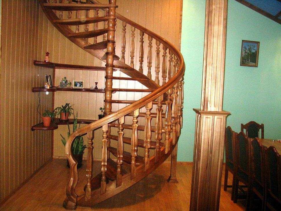 Винтовая лестница оригинальна и красива, но ее изготовление лучше доверить профессиналам