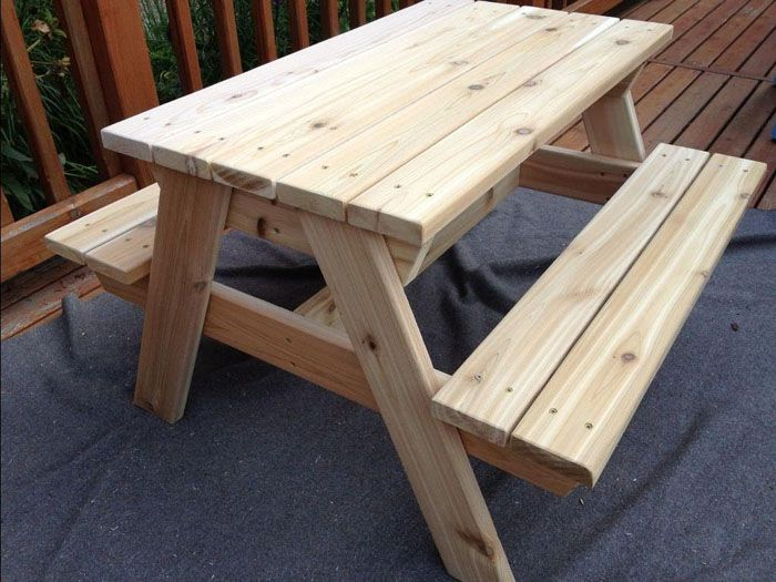Для изготовления такого садового стола из дерева своими руками потребуется больше времени, так как в комплекте с ним идут скамейки