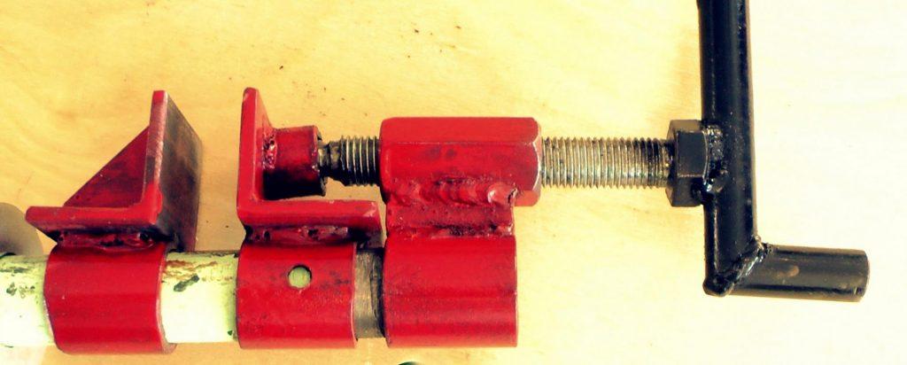 Струбцина трубного типа, изготовленная из металла
