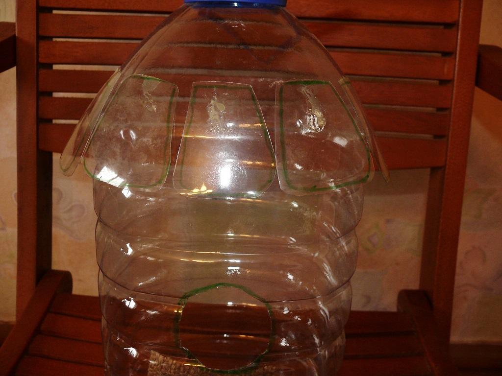 Пластиковая бутылка, обклеенная «черепицей»