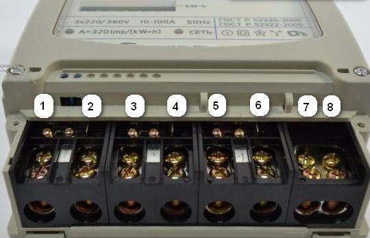 Трехфазный электронный счетчик со стороны клемм подключения