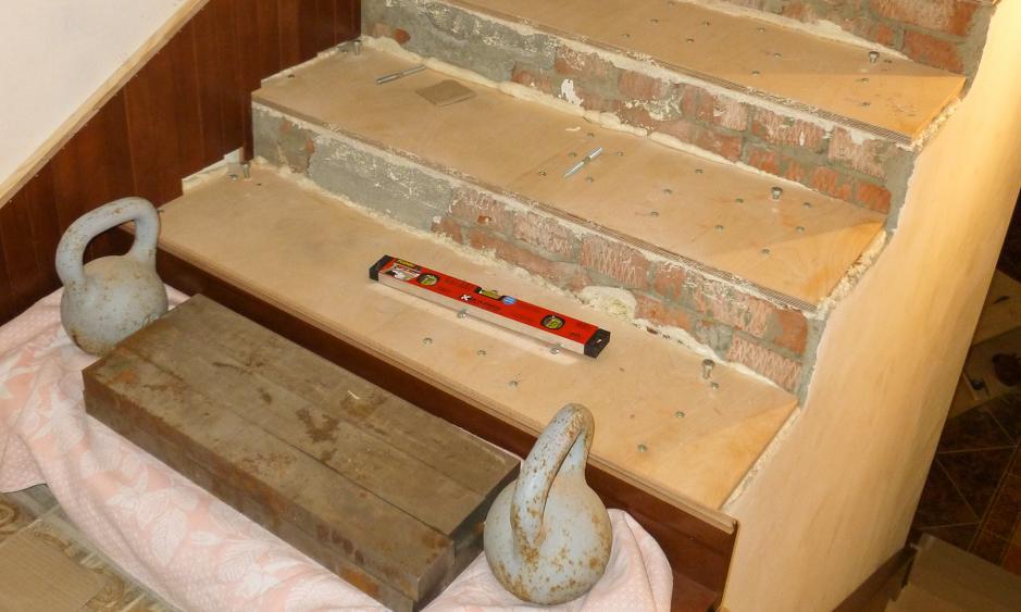 Между бетонным основанием и деревянной обшивкой должна быть прослойка из фанеры