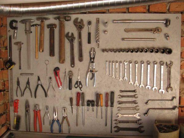 50 интересных вариантов оформления полок в гараже: