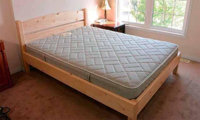Кровать из бруса и досок