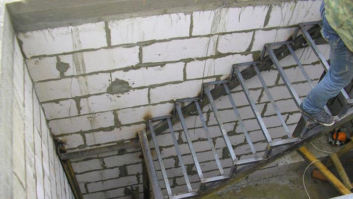 Готовый карукас металлической лестницы