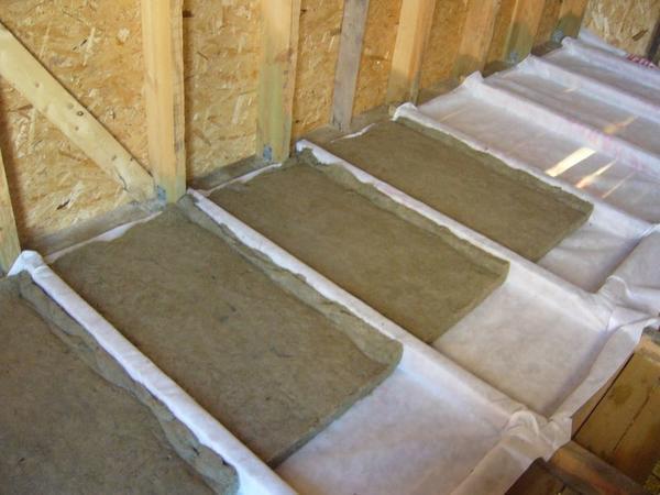 Утепление потолка в деревянном доме при помощи опилок и пенофола: пошаговая схема