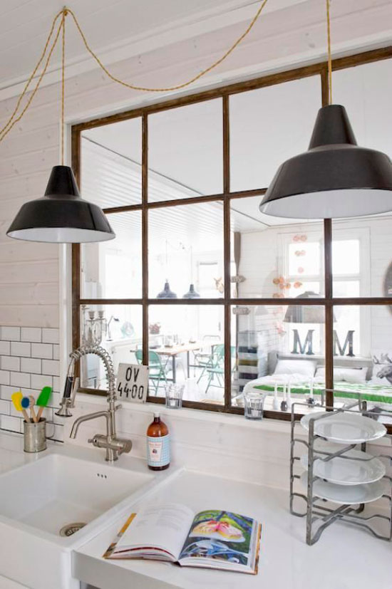 Кухня-студия с межкомнатным окном