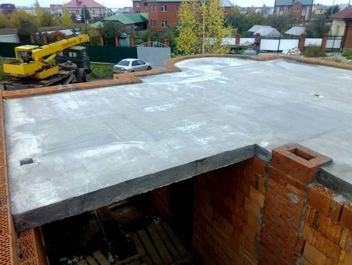 Среди минусов бетонных перекрытий следует отметить их немалый вес, высокую стоимость и продолжительность монтажа