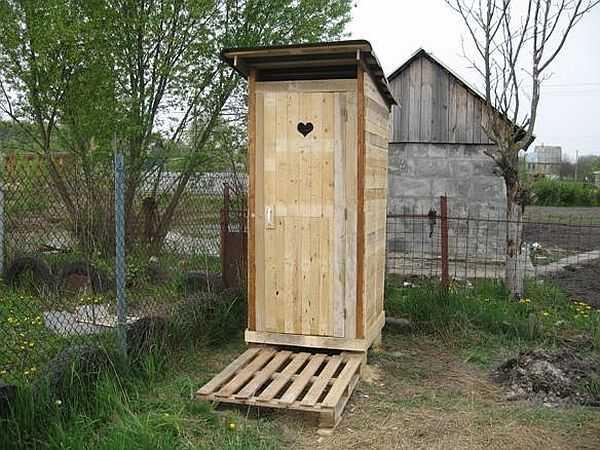 Самая первая постройка на даче - туалет. Часто это - первый опыт строительства своими руками