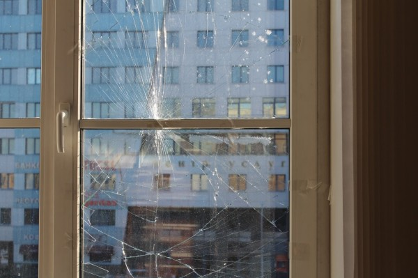треснуло стекло окна